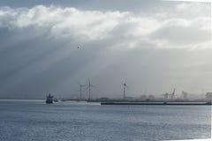 Vrachtschip en windturbines Stock Foto
