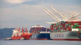 Vrachtschip GLB die PORTLAND de Haven van Oakland ingaan royalty-vrije stock afbeelding