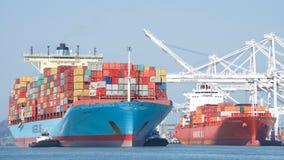 Vrachtschip GUTHORM die MAERSK de Haven van Oakland ingaan Stock Foto's