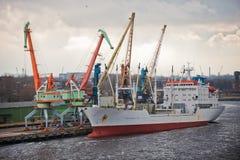 Vrachtschip in haven Royalty-vrije Stock Afbeeldingen