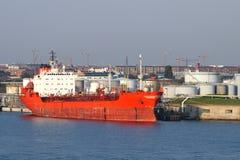 Vrachtschip in Haven stock afbeelding