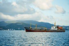 Vrachtschip in het Zuiden Chinese Overzees Stock Foto