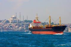 Vrachtschip in Istanboel stock foto's
