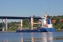 Vrachtschip met schipkranen Royalty-vrije Stock Afbeeldingen