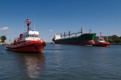 Vrachtschip met sleepboot Royalty-vrije Stock Afbeeldingen
