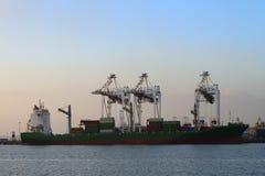 Vrachtschip met verschepende containers royalty-vrije stock afbeelding