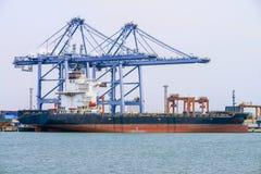 Vrachtschip met verschepende containers Royalty-vrije Stock Afbeeldingen