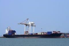 Vrachtschip met verschepende containers Stock Foto's