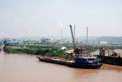 Vrachtschip met zand bij de bank van Yangtze-rivier stock afbeeldingen