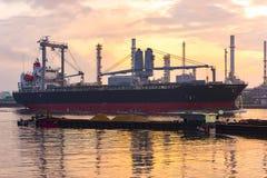 Vrachtschip naast de Olieraffinaderij, op het Bangchak-gebied van Phra Royalty-vrije Stock Foto