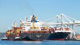Vrachtschip NIKOLAS die de Haven van Oakland ingaan stock foto's