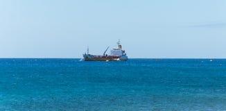 Vrachtschip in oceaan Stock Foto's