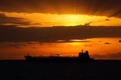 Vrachtschip onder de zonsondergang royalty-vrije stock foto
