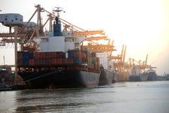 Vrachtschip op de haven in Thailand royalty-vrije stock foto's