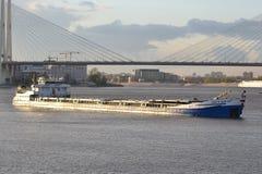 Vrachtschip op de rivier Neva Royalty-vrije Stock Foto's