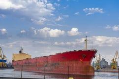 Vrachtschip op dok Royalty-vrije Stock Afbeeldingen