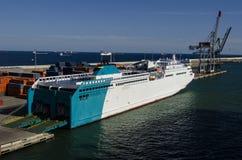 Vrachtschip op een pijler van haven Royalty-vrije Stock Afbeelding