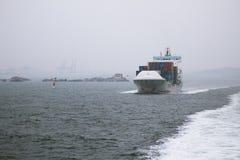 Vrachtschip op een route royalty-vrije stock afbeeldingen