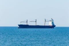 Vrachtschip op haar manier aan Hamburg dichtbij Cuxhaven stock foto