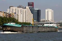 Vrachtschip op Maas royalty-vrije stock afbeelding