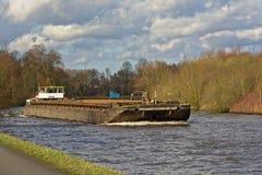 Vrachtschip op rivier Schelde, Vlaanderen royalty-vrije stock fotografie
