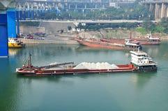 Vrachtschip op Rivier Yangtze stock afbeelding
