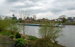 Vrachtschip op Weser stock foto