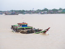 Vrachtschip op Yangon-Rivier Royalty-vrije Stock Foto's