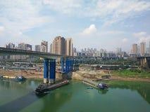 Vrachtschip op Yangtze-Rivier met stadshorizon stock afbeeldingen