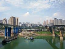 Vrachtschip op Yangtze-Rivier met stadshorizon royalty-vrije stock afbeelding