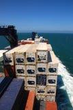 Vrachtschip op zee royalty-vrije stock afbeeldingen