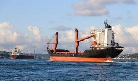 Vrachtschip in overzees Stock Afbeelding