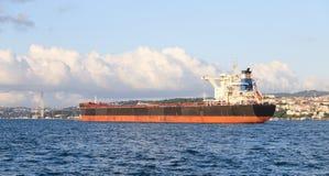 Vrachtschip in overzees Stock Foto