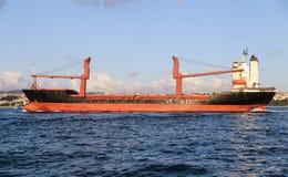 Vrachtschip in overzees Stock Afbeeldingen