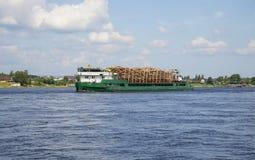 Vrachtschip Salavat met het bos die langs de Neva-rivier toenemen Royalty-vrije Stock Foto's