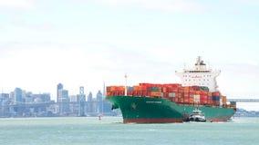 Vrachtschip SEASPAN die HAMBURG de Haven van Oakland ingaan stock foto's