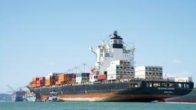 Vrachtschip SEASPAN die NINGBO de Haven van Oakland ingaan stock afbeeldingen