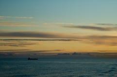 Vrachtschip in tgeschemer Stock Foto's