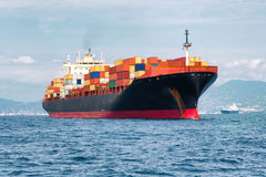 Vrachtschiphoogtepunt van containers Stock Afbeeldingen