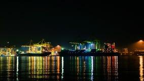 Vrachtschipkraan bij nacht stock videobeelden