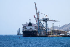 Vrachtschiptribune in de haven van Eilat Stock Afbeeldingen