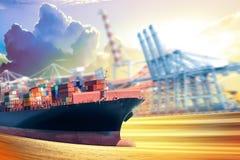 Vrachtschipvlotters op de oceaan in zonsondergangtijd, Industrie Containe stock afbeelding