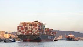 Vrachtschipym EENSTEMMIGHEID die de Haven van Oakland vertrekken stock fotografie