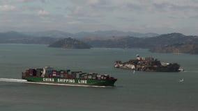 Vrachtschipzeil dichtbij Alcatraz-Eiland in de baai van San Francisco stock videobeelden