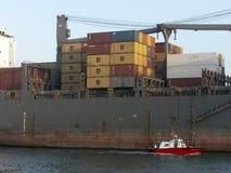 Vrachtschipzeilen door het kanaal van de haven van Santos in een mist Royalty-vrije Stock Foto