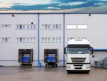 Vrachtvervoer - Vrachtwagen in het pakhuis Royalty-vrije Stock Afbeeldingen