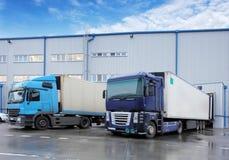 Vrachtvervoer - Vrachtwagen in het pakhuis Royalty-vrije Stock Foto