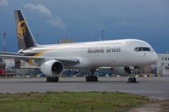 Vrachtvliegtuig bij de luchthaven Stock Foto