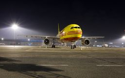 Vrachtvliegtuig bij Nacht Stock Foto's