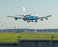 Vrachtvliegtuig uitnodigen die bij de luchthaven in de avond landen royalty-vrije stock foto's